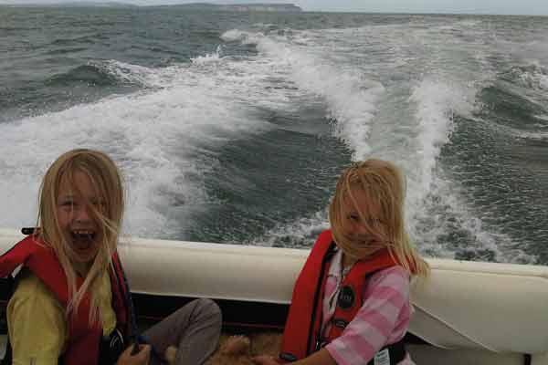 600x400-Girls-on-boat-full-speed