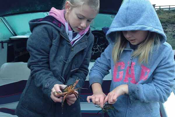 600x400-Girls-with-crabs2